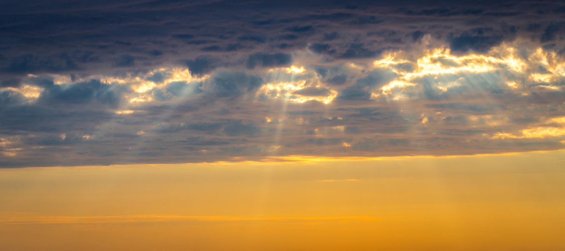 wolken_loecher_am_abend_panorama